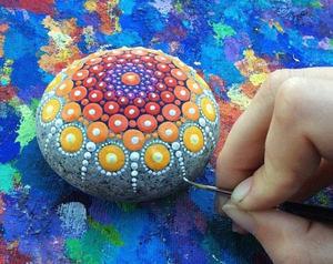 Рисунок узоров акрилом на камнях (мандала)