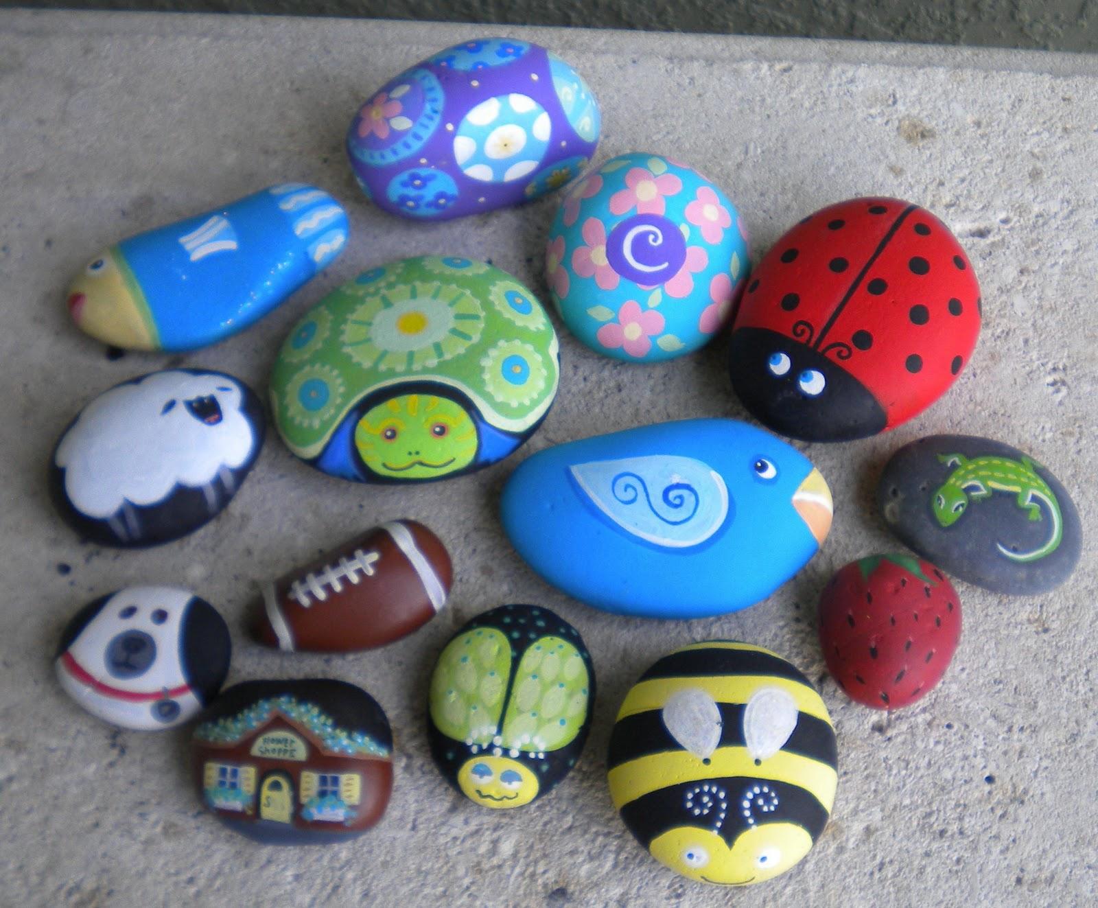 Картинки нарисованы на камнях