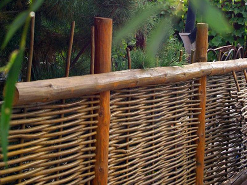 Как сделать плетеный забор своими руками
