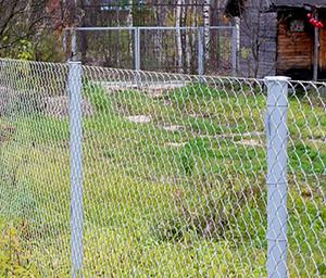 Делаем забор из рабицы своими руками фото 792