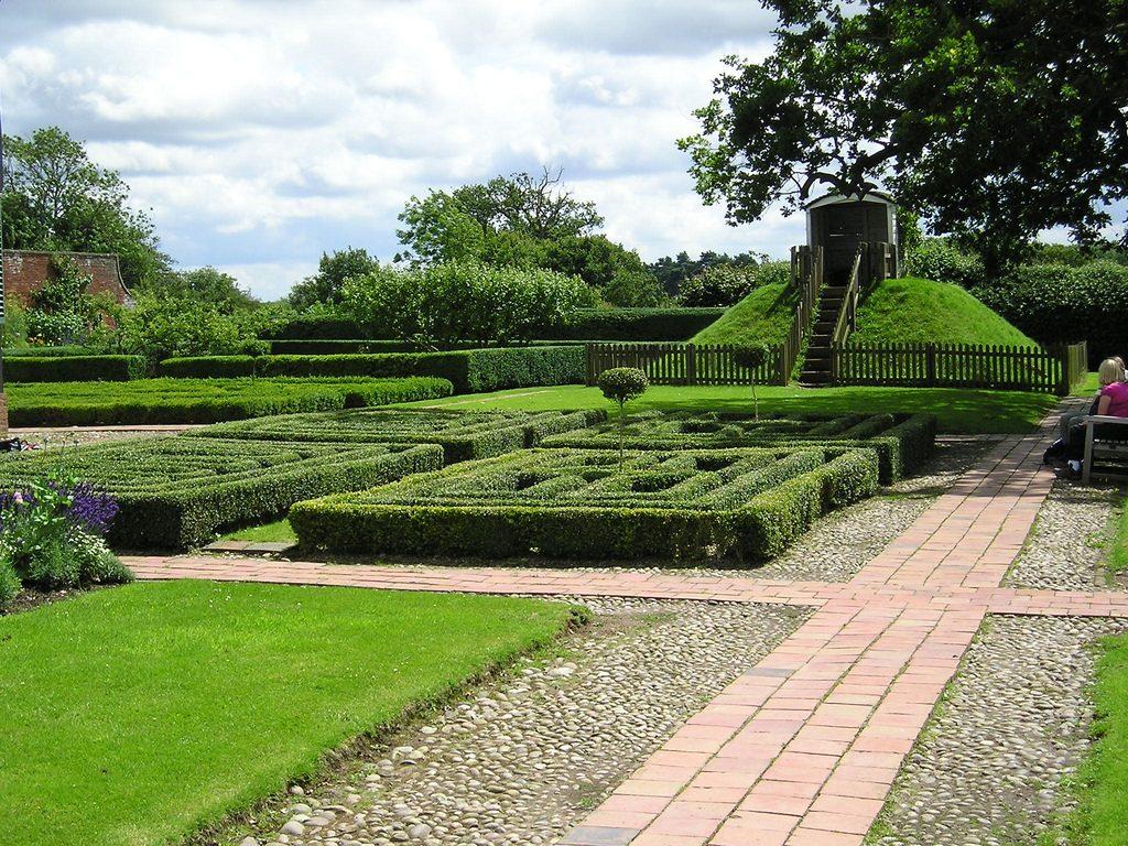 Все дороги ведут... в центр сада. Причем пространство между тропками занято растениями - открытым остается только уголок для отдыха. Благодаря подобным приемам сохраняется иллюзия масштабности сада.