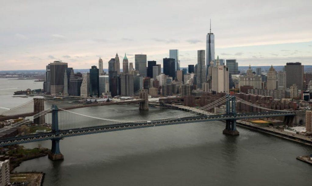 Один из всемирных торговых центров, самое высокое здание в Западном полушарии, видно за Манхэттенским и Бруклинским мостами