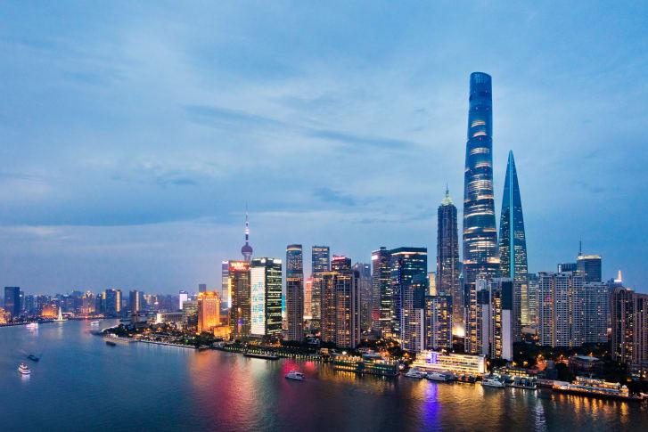 Шанхайская башня возвышается над уже впечатляющим городским пейзажем